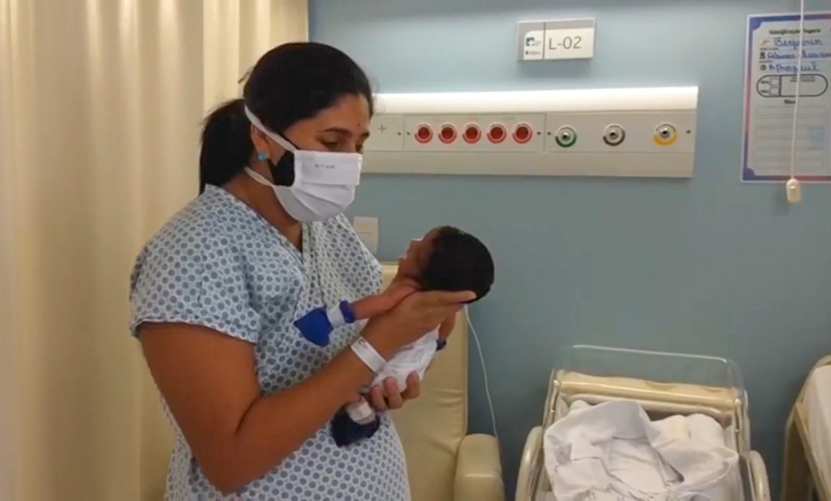 Mãe reencontra filho recém-nascido após receber alta de Covid-19